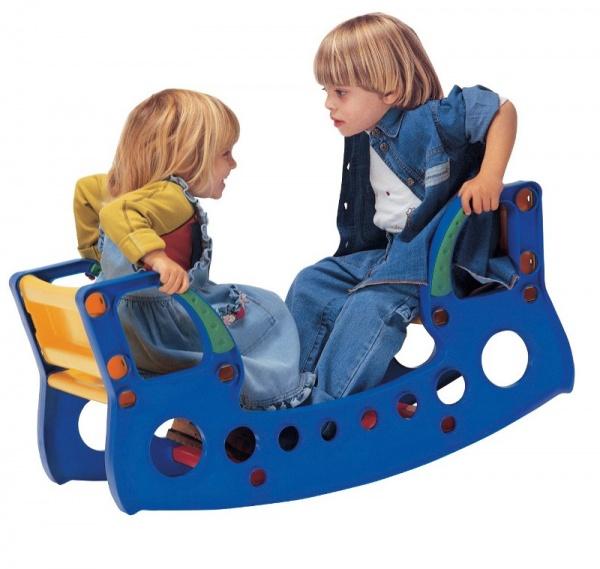 Măsuţa-Balansoar Rock n Table de la Kids Kit - are scaune late şi confortabile şi este uşor de curăţat şi întreţinut: www.babyplus.ro/camera-copilului/balansoare/masutabalansoar-rock-n-table--kids-kit/