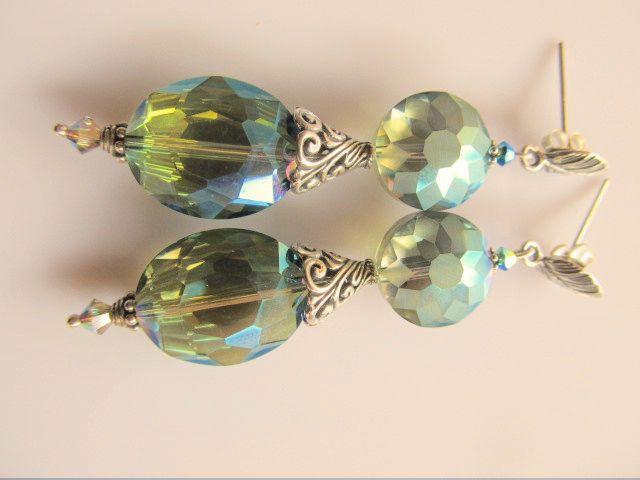 Oorbellen Crystal Leaf mooie kristalglas facet kralen in mooie tinten groen met een hoge kralenkap en blaadje oorsteker. geheel zilver