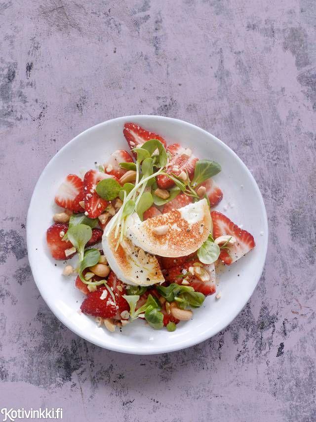 Vuohenjuusto-mansikkasalaatti | Kotivinkki Text: Marja Samuli Pic: Sanna Peurakoski #salad #salads #strawberry #goatcheese