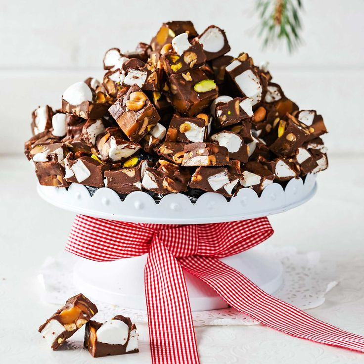 En ljuvlig, mjuk chokladblandning med salta jordnötter, kola och fluffiga marshmallows.
