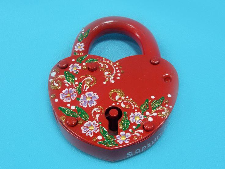 """Замочек """" Красное Сердце"""": в росписи эмалевые сиреневые цветы, листья изумрудно-зеленые и виньетки белые с золотым глиттером с заходом на дужку замка.#wedding #locks #red #hand-made #свадьба #замочек # красный"""