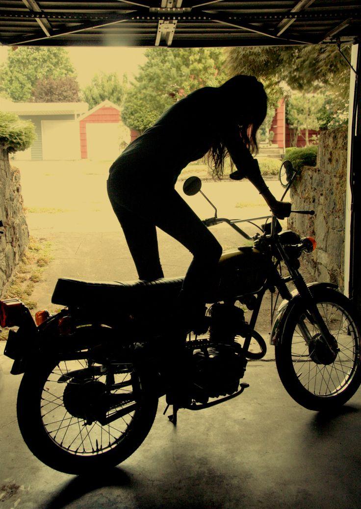 Small displacement retro bike kick starting motolady.