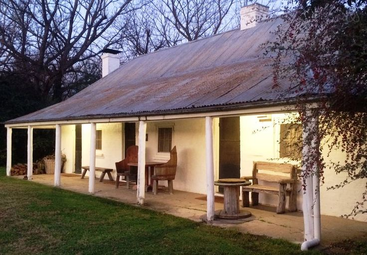 House in Gundy, Australia. Early Australian pioneer, settler's Cottage over looking the Hunter River nestled within a 30,00 acre working rural Property; BELLTREES. Three separate bedrooms with ensuite bathrooms. Open fire place , sitting room and kitchen. Quiet and romantic.