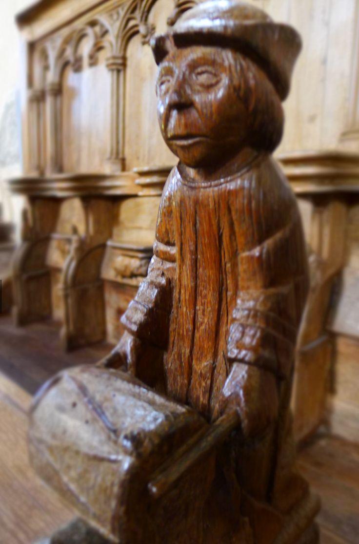 LES STALLES DE MORTEMART Ces stalles sont médiévales et ont été remaniées au XVème siècle. Les trente stalles de la chapelle des Augustins se composent de dorsaux assez élevés et rythmés d'arcades tréflées, d'accoudoirs et d'une tablette appelée miséricorde.   Devant chaque stalle, on retrouve un prie-Dieu qui sert de dossier au rang des stalles basses dépourvus de dais. Les stalles supérieures sont élevées de trois marches pour permettre une meilleure vue sur le sanctuaire.