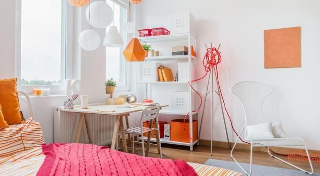 Pokój młodzieżowy albo dla studenta nastraja soczystymi odcieniami pomarańczy. Aż chce się pracować!  #aranżacja #pokój