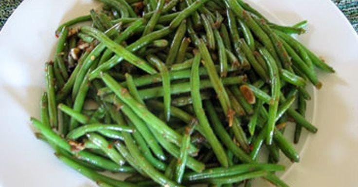 Cómo cocinar frijoles verdes chinos. ¿Son siempre los frijoles verdes tu plato favorito en el bufé del restaurante chino? Esta es una guía rápida de cómo hacer estos tiernos y perfectamente sazonados frijoles verdes.