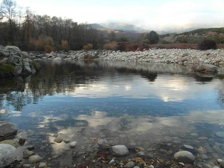 Piscinas naturales en la garganta de alardos aguas de la for Piscinas naturales extremadura