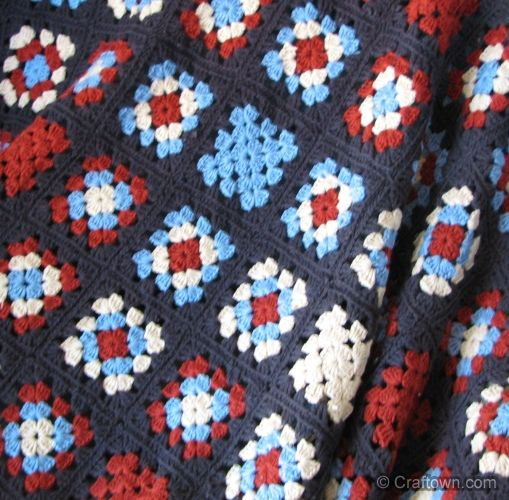 Patriotic Afghan - free crochet pattern: Patriotic Afghan - free crochet pattern: I believe I would use red, white and navy blue for the squares. I would use white, or maybe even red for the last round of each square as well as the border. I do love the idea of a patriotic granny square blanket!
