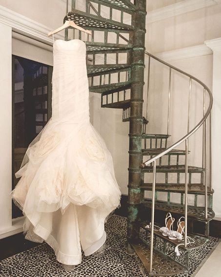 #VogueNovias Una ciudad mágica, el vestido perfecto y el día ideal... La boda de @catalinaCZM: http://buff.ly/1FjbJB3