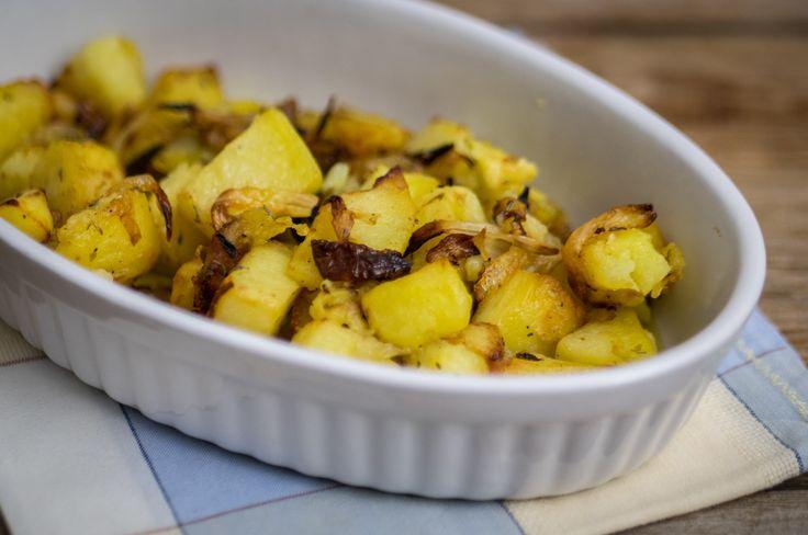 Le patate e cipolle al forno sono uno dei contorni più classici e sempre apprezzati: io ne vado matta! Adoro le patate, soprattutto al forno, e la cipolla