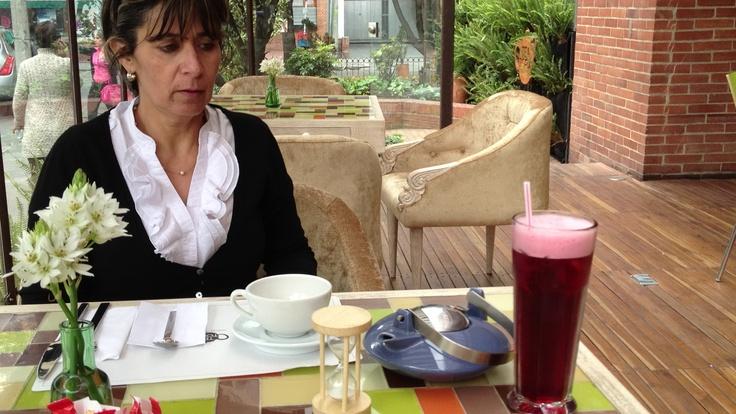 Te frío y te caliente en Teatopia Bogotá. Con reloj de arena para la infusión.
