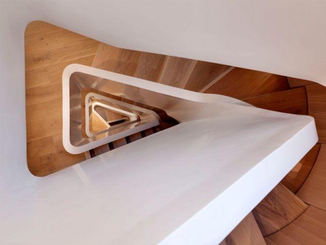 A Londres, les architectes de Form Design Architecture ont transformé un bâtiment de bureaux en forme de fer à repasser, en une maison individuelle. Desservis par un escalier épuré en Hi-Macs®, les étages de 30 m2 accueillent une pièce chacun, créant ainsi une maison verticale unique en son genre.