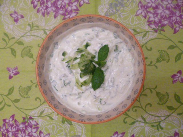 Raita (indisk yoghurtsås) med mynta och gurka - Pudina raita - Restaurant style