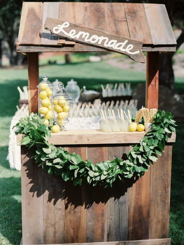 Spiked Lemonade Stand for a Summer Wedding | Danielle Poff Photography | Effortlessly Chic Sparkling Neutral Wedding