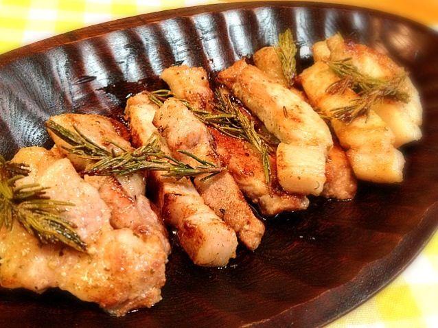 育ち盛りの子供用に中途半端に2枚の豚肉を玄関先にあるローズマリーで風味良く、塩コショウで焼きました。 - 93件のもぐもぐ - 豚ロース肉のローズマリー焼き by Hazuki