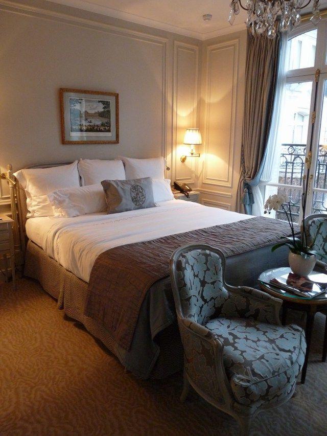 Palace parisien, Plaza athénée - Chambre - hôtel - Luxe - Paris - décorations - bed - bedroom.