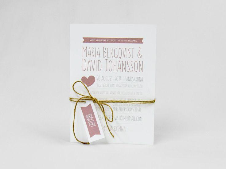 Fint inbjudningskort till bröllop i rosa med band runt. Romantiskt klassiskt rustikt vintage vitt hjärtan modernt