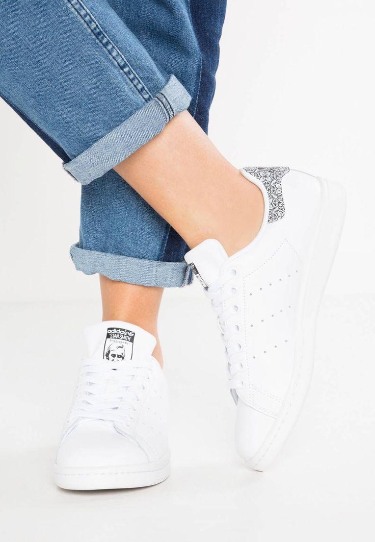 adidas Originals. STAN SMITH - Sneaker low - white/core black. Sohle:Kunststoff. Decksohle:Textil. Innenmaterial:Lederimitat/Textil. Details:Ziernähte. Obermaterial:Leder und Lederimitat. Verschluss:Schnürung. Fütterungsdicke:kalt gefüttert. Schuhspitze:rund. ...