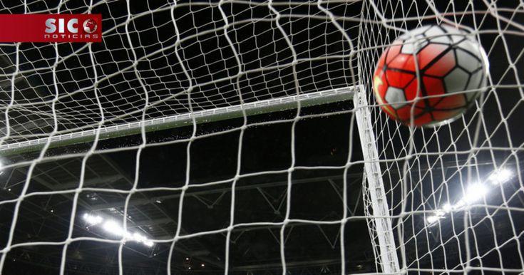 Depois dos jogos da Taça de Portugal, está de volta o campeonato. O FC Porto e o Sporting partem em igualdade pontual para a 15.ª jornada, que arranca esta sexta-feira com o Paços de Ferreira-Boavista e termina com o FC Porto-Marítimo. http://sicnoticias.sapo.pt/desporto/2017-12-15-FC-Porto-e-Sporting-entram-na-15.-jornada-em-igualdade-pontual