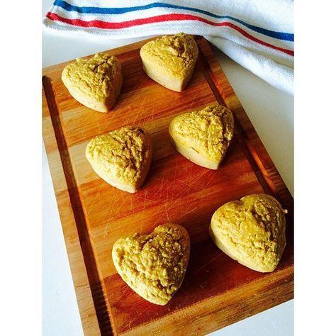 Para estos 6 muffins de avena y mandarina necesitan: 1 taza de salvado de avena o harina de avena (procesan la avena tradicional y listo!) 2 huevos o 3 claras Jugo y ralladura de 1 mandarina 1 cdita de polvo para hornear 1 chorrito de esencia de vainilla Endulzante a gusto (yo use 2 cdas soperas de edulcorante liquido que equivalen a 10 sobres) Tip! si le agre...