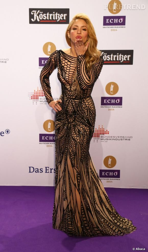 Shakira arbore une robe  Zuhair Murad, collection Automne 2014, sur le tapis rouge des Echo Music Awards 2014.