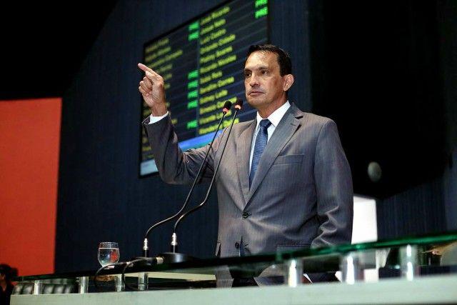 O Projeto de Emenda à Constituição (PEC), que prorroga por 50 anos os incentivos fiscais da Zona Franca de Manaus (ZFM), de autoria do deputado Sidney Leite (PROS), foi aprovado na manhã desta quarta-feira (22), na Assembleia Legislativa do Amazonas (Aleam). A emenda faz com que a Constituição Estadual entre em conformidade com a legislação federal, que também corrobora com a prorrogação do modelo ZFM até o ano de 2073. Para o autor da PEC nº 02/2015, a medida é essencial para garantir e…