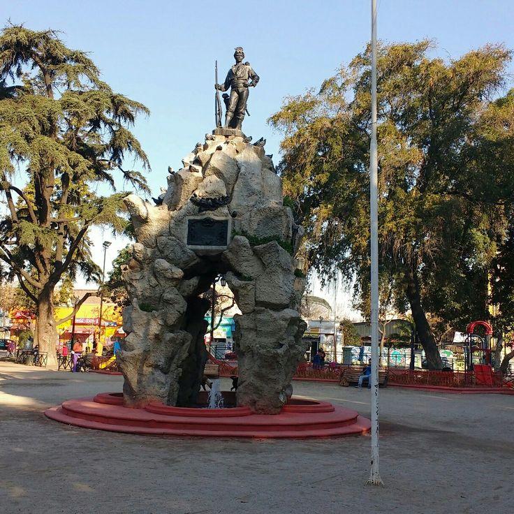 Plaza Yungay con monumento al Roto Chileno