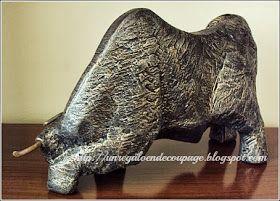 Toro de ziña con cachos de fierro,realizado conpátinas metalizadas en tonos dorados y plateados.