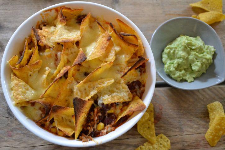 Een heerlijke nachoschotel; macho nacho's met gehakt. Lekker met mais, bonen en geraspte kaas. Serveer met verse guacamole!