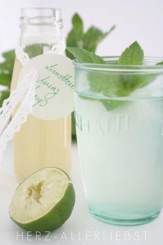 Limetten Minz Sirup6 Limetten 1 Zitrone 2 Tassen Zucker 2 Tassen Wasser 4 Stängel frische Minze  Limetten und Zitrone pressen, Saft mit Zucker und Wasser in einem Topf zum Kochen bringen. Nach dem Aufkochen bei kleiner Hitze weiter köcheln lassen, die Minze hinzu geben und nach 20 Minuten durch ein feines Sieb gießen. Den Sirup abkühlen lassen und mit kühlem Wasser mischen.