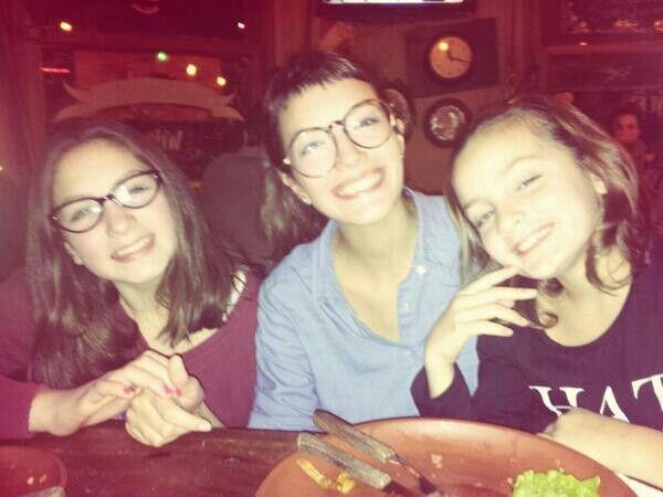 Brenda con sus hermanas
