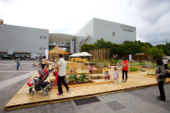 The Garden Design project installed before the square of the Gwangju Biennale ExhibitionHall enjoys huge popularity among families (photo courtesy of Gwangju Design Biennale).