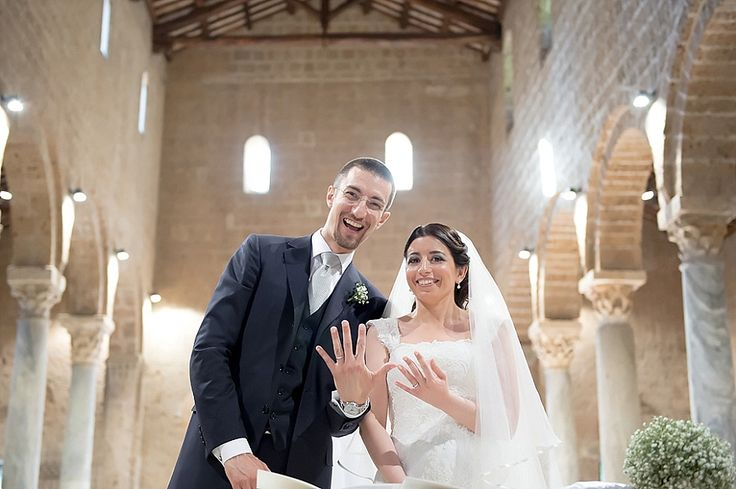 E adesso fateci vedere gli anelli! Matrimonio Religioso a Castel Sant'Elia | Bride and groom showing their bands after vows.