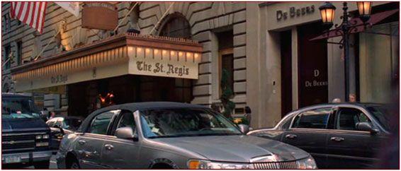Vi ricordate dove Andy viene salvata dal licenziamento?  Al  #bar #KingCole dove il #giornalista #principeazzurro #ChristianThompson consegnerà ad Andy le  copie in anteprima dell'ultimo #HarryPotter.  Il bar si trova al pianterreno del #St.Regis , uno degli hotel più lussuosi di #NewYorkCity.