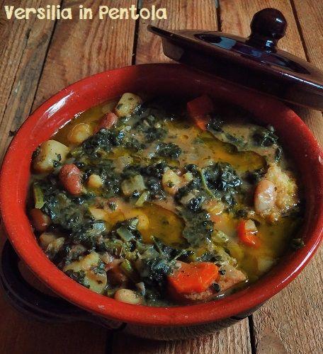 """La Ribollita è la zuppa toscana povera di recupero per eccellenza. Molto popolare anche da noi in Versilia, ve la presento in una versione """"alla versiliese"""", con solo gli ingredienti di base: cavolo nero, fagioli e pane raffermo!"""