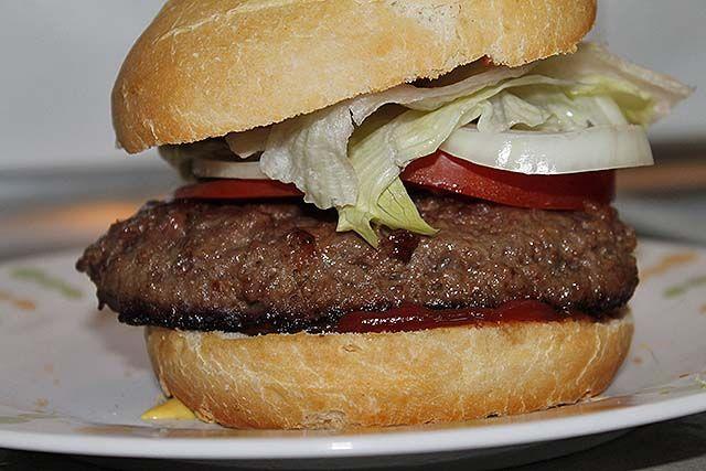 hamburguesa de ternera clásica recién hecha