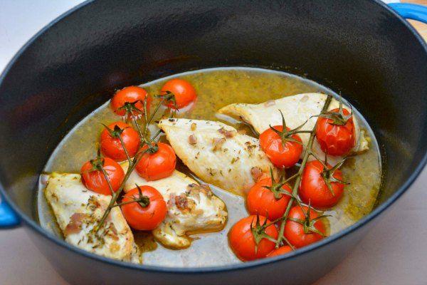 En af de gode ting ved kylling i fad – i hvert fald denne variant – er, at alt kastes i samme fad, gryde eller stegeso og tilberedes. Det sparer opvask. En anden fordel er,