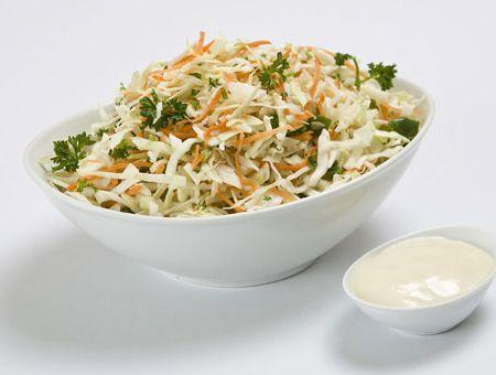 Σαλάτα κόλσλοου περιχυμένη με σως γιαουρτιού