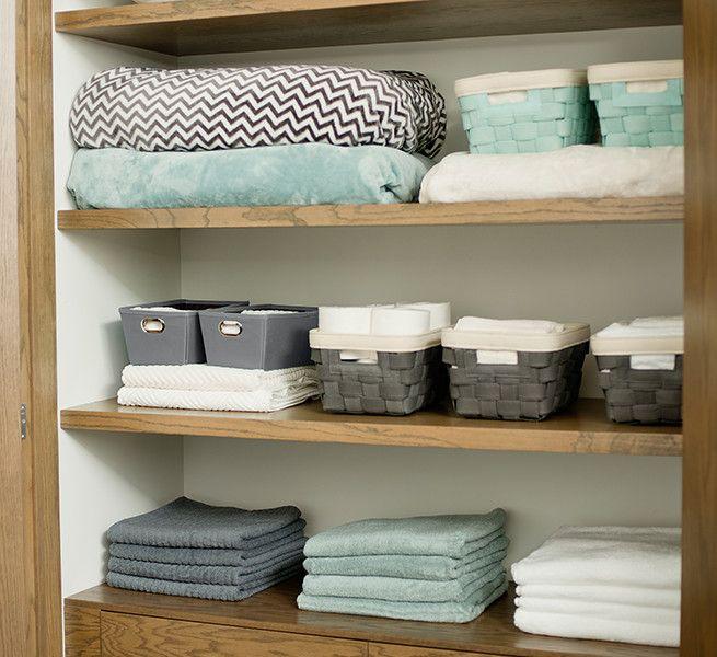 Utiliza gavetas para organizar artículos personales, papel de baño y toallas.