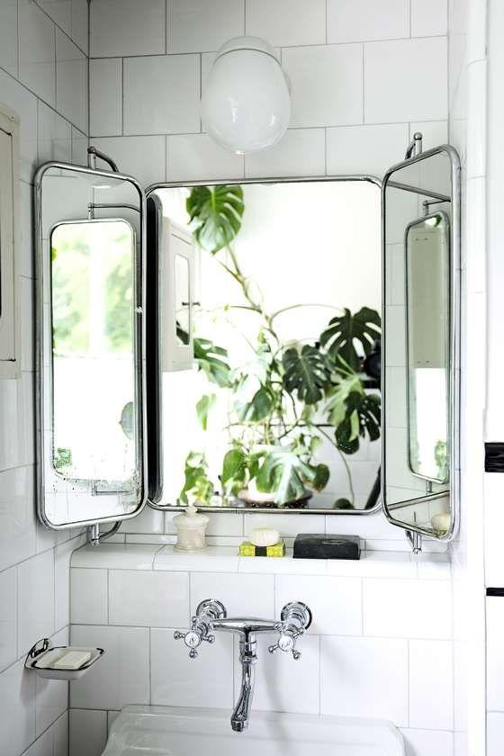 4. VINTAGEDRØM: Hvite enkle fliser er og blir en klassiker. For en spennende og sofistikert vri på det enkle baderommet velger du et gammelt speil, samt kran og detaljer med en industriell 1920-tallsfølelse. Sammen med grønne planter og velduftende produkter kan du få et unikt bad, til tross for liten lommebok.