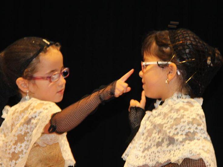Dues nenes fent el Ball del Ferriol, caracteritzades d'època.  A les escoles dels esbarts s'ofereix als infants i adolescents l'aprenentatge de la dansa popular i tradicional i els costums que l'envolten, vinculant-la a les manifestacions populars de la ciutat on es troba.