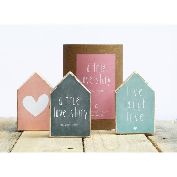 Een koker met drie houten huisjes. leuk cadeautje!