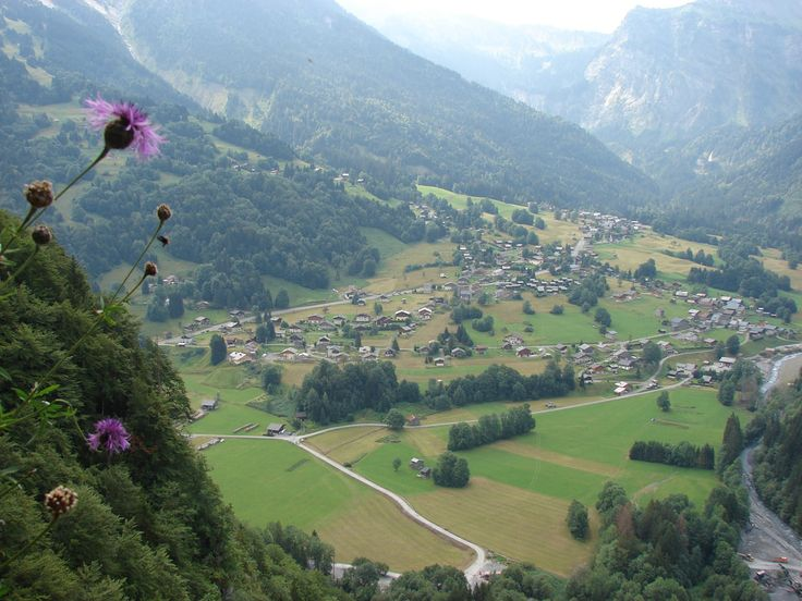 La Grave is een dorp in de Franse Alpen die haar originele karakter heeft behouden. Het ligt in een dal omringt door hoge bergen met gletsjers.