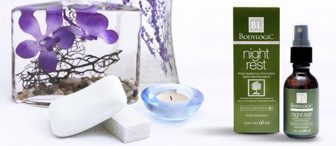 Spray Ambiental Sueño Reparador Esparce armonía y tranquilidad para un descanso placentero. Gracias al contenido de aceites esenciales de lavanda y lavandin favorece el descanso nocturno y la relajación. Promueve tranquilidad y armonía. Eficaz como repelente de insectos. De fácil aplicación. Auxiliar en algunos casos de hiperactividad. Excelente aroma