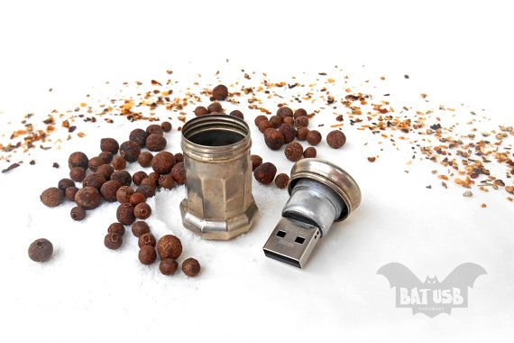 BAT™ USB 32GB Salt or Pepper 1930s - Lesco Brand Nickel Silver - Vintage Salt Pepper Shakers - Beautiful & unique gift idea - Cute art piece - Product Dimensions 4.1cm Height x 2.3cm Diameter by Think4HandmadeArt