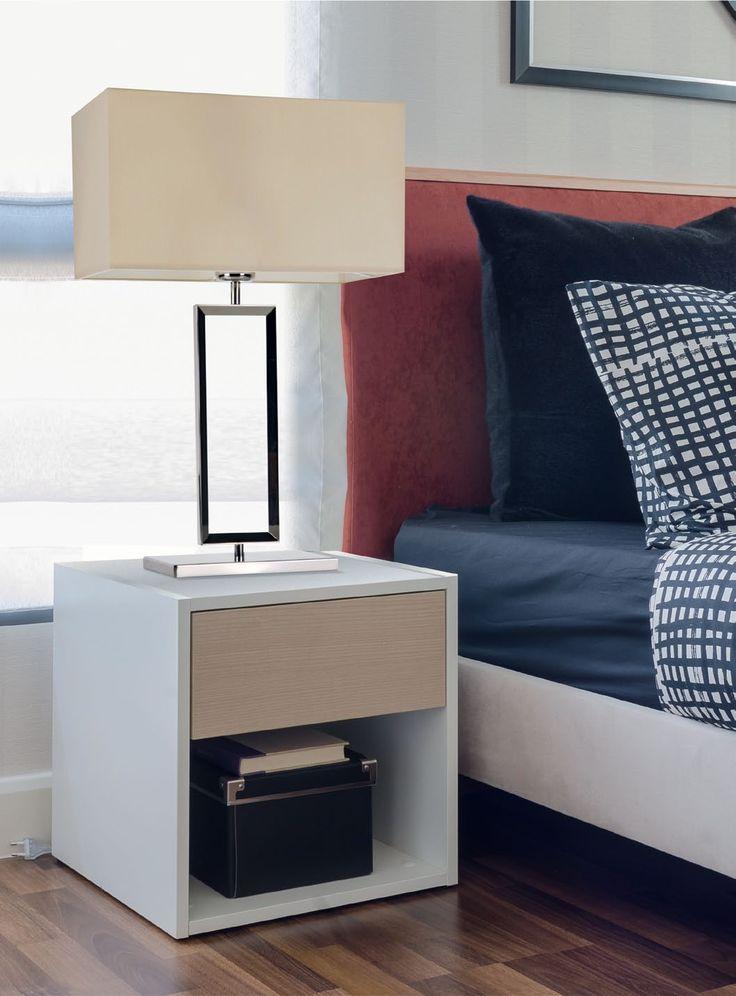 Przepiękna klasyczna lampa stołowa w nowoczesnym wydaniu, ze srebrnym korpusem i kremowym tkaninowym kloszem. Będzie doskonale komponować się z klasycznymi elementami wystroju.