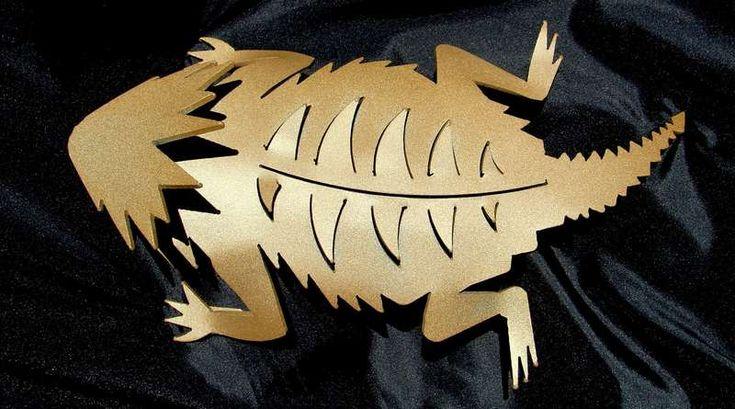 SÍMBOLO UNIVERSITÁRIO AGORA HABITA OS JARDINS – A escultura do lagarto-de-chifres é um minucioso trabalho de corte da chapa de aço a plasma e pintura eletrostática. Símbolo esportivo da Unive…