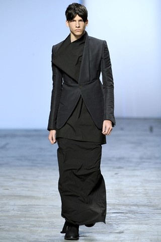 Rick Owens' signature style is Gothicism, Vampirish which is often cut into a structured silhouette and it sometimes dealt with volumes but this time it was little different as his men came in long dresses with geometrical prints / patterns, short dresses beneath the blazer were worn over straight skirts but the coolest look was the one in which short sleeveless top was worn and wrapped over a long dress in some short of monkish way !