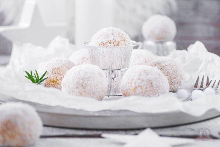 Schneebälle – Biskuitteig mit Sahne-Creme fraiche-Quark zu Kugeln geformt und in Kokosflocken gewälzt - http://das-kuechengefluester.de/recipe/schneebaelle-14-tuerchen-des-food-blogger-adventskalender-2015/