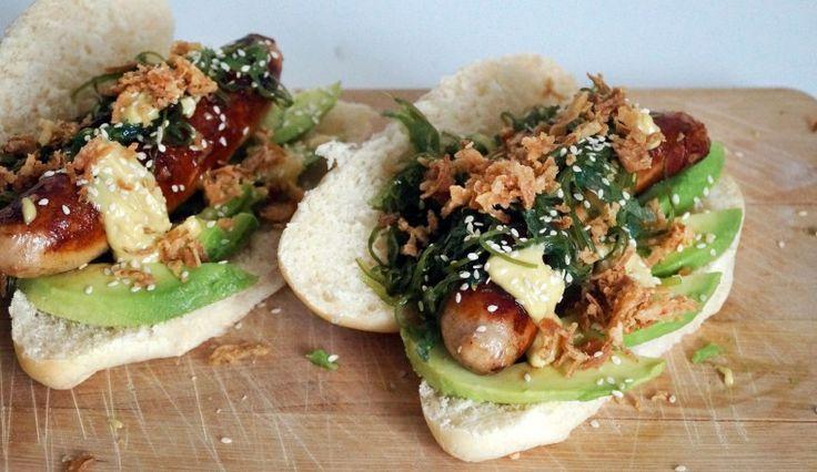 Japanse hotdogs met avocado, wasabimayo, sesamzaadjes, gebakken uitjes en zeewier